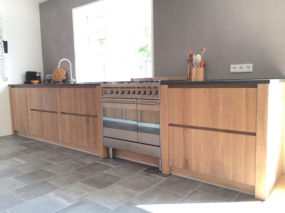 Eiken maatwerk keuken met granieten werkblad houtzwagers